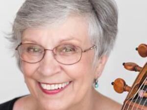 Catharina Meints holding her viola da gamba